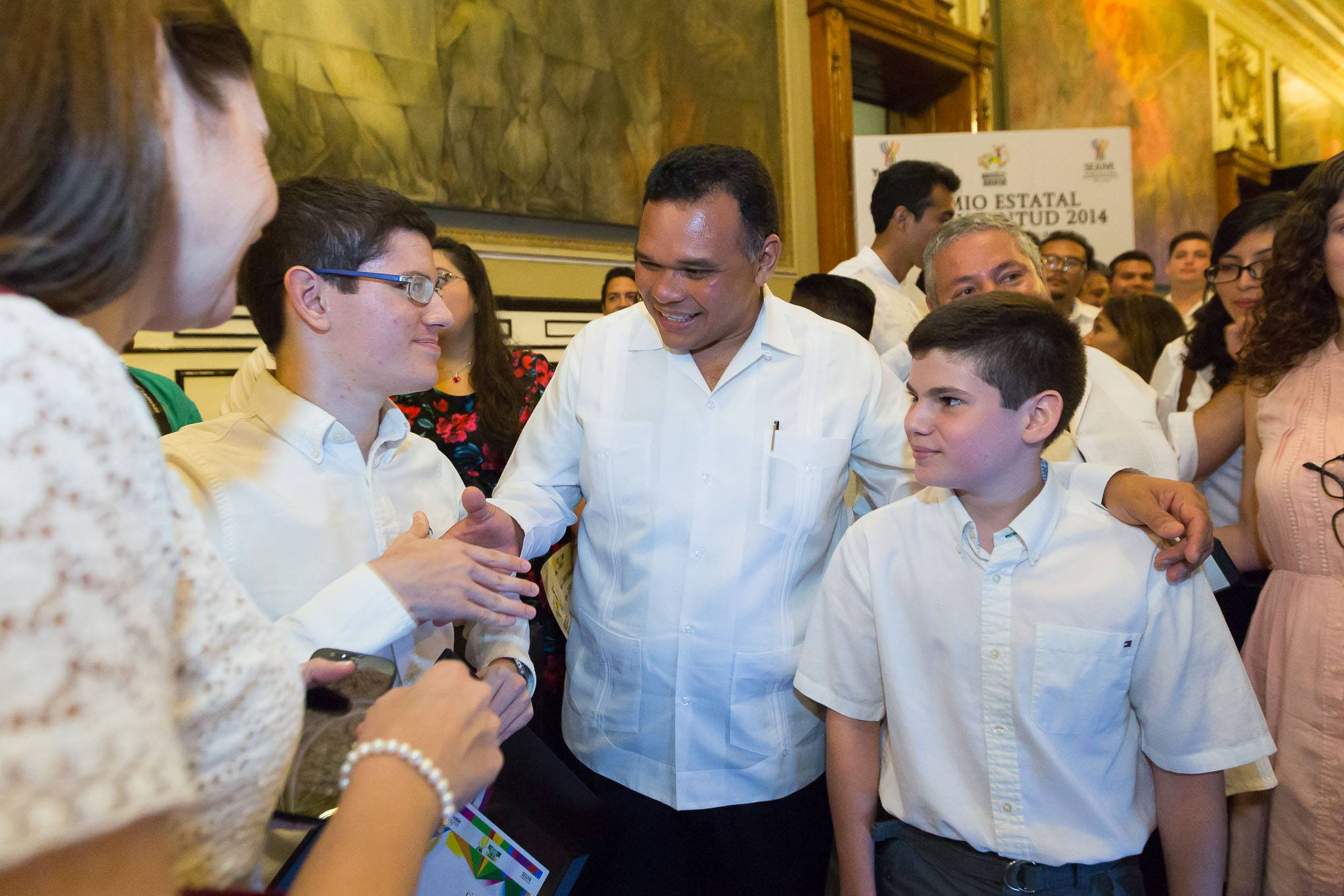 Luis Xavier Ramos Tormo y familia, saludando a RZB.  Xavier Ramos|Olímpico matemático que fue aceptado en el Massachusetts Institute of Technology (MIT)
