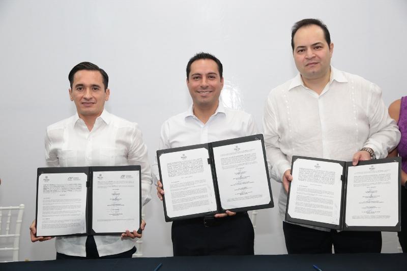 Marco Antonio Ponce Hernández, Delegado Estatal de la PRODECON; el alcalde, Mauricio Vila Dosal y Héctor Raúl Peraza Talavera, Director de Mayan Capital Fundation